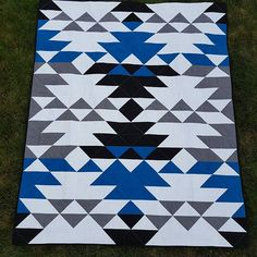 Hoping to find a pattern for this for my little brothers college graduation. Quilting from Every Angle by Nancy Purvis! It's called the Sequoia Quilt! Diy Quilting Patterns, Quilting Projects, Quilting Designs, Patch Quilt, Quilt Blocks, Southwestern Quilts, Southwest Style, Indian Quilt, Half Square Triangle Quilts
