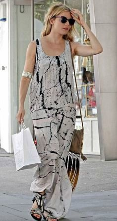 Sienna Miller rocking a laid back #black and #white painted #maxidress
