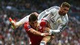 El jugador del Bayern Mario Mandžukić junto al defensa del Real Madrid Sergio Ramos durante el partido de ida de semifinales