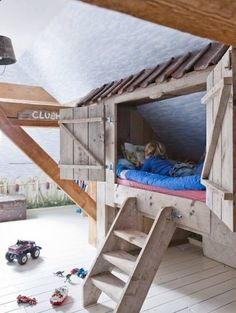 Детская кроватка, оригинально оформленная в виде деревянного домика - оазис для самостоятельного творчества Вашего ребенка!