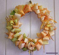 Из сухих листьев от початка кукурузы (талаша) получаются красивые венки, которые пыль не собирают и висят много-много лет.