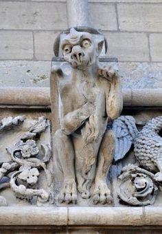 La façade-écran de Notre-Dame a Dijon est constituée de deux rangées d'arcatures, chacune soutenue par dix-sept colonnettes. L'ensemble est souligné par trois bandeaux qui abritent, chacun, dix-sept fausses gargouilles et seize métopes, caractéristique de l'Art gothique. Science Fiction, Sculptures, Lion Sculpture, Sea Serpent, Statue, Green Man, Art Nouveau, Gothic, Photos