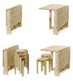 Tavolino salva spazio con abbinato quattro sgabelli impilabili! Tutti gli elementi che compongono il set sono in legno massello di pino di Svezia. www.arredamentirustici.it