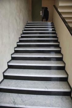 Stunning 45 Modern Stairs Design Ideas With Incredible Style To Have Asap. Stairs Tiles Design, Staircase Design Modern, Modern Stair Railing, Stair Railing Design, Modern Stairs, Granite Stairs, Granite Flooring, Tiled Staircase, Staircase Remodel