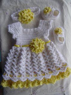 Este listado está para el traje de 3 piezas bebé niña. El vestido está hecho de un suave hilo blanco con amarillo y una cinta amarilla que ata en la parte posterior del vestido. Hay una flor amarilla atada frente, con una perla en el centro de cada flor. Los zapatos y la diadema se