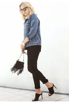 Eine lässige oversize Jeansjacke, High-Heels und eine rocco by Rodenstock. Das perfekte Outfit für einen entspannten Cocktailabend mit Ihren Freunden. Foto von @thegoldencherry auf Instagram.