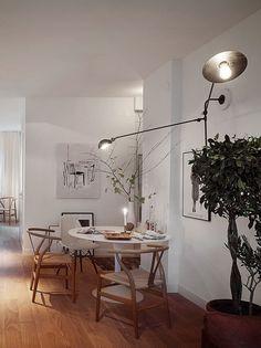 Tulip table by Eero Saarinen from Knoll International and Wishbone chair by Hans J. Wegner from Carl Hansen & Søn Minimalism Interior, Home Interior Design, Dining Room Decor, Room Decor, House Interior, Dining Room Small, Home N Decor, Dinner Room, Home Decor