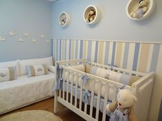 quarto de bebê azul com listras