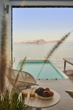 Chambre avec piscine et vue sur la mer Égée à Santorin - PLANETE DECO a homes world Luz Natural, Santorini Island, Water Element, Outdoor Living, Outdoor Decor, Outdoor Furniture, Private Pool, Nice View, Infinite