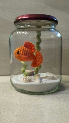 crochet fish in a jar,sand and shells no water needed just a hook and thread and jar. little treasure. Crochet Mignon, Crochet Fish, Love Crochet, Crochet Gifts, Crochet Animals, Crochet Patterns Amigurumi, Crochet Dolls, Knitting Patterns, Felt Patterns