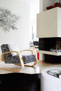 Olohuone jatkuu luontevasti ruokailutilaan. Takka rajaa tilan mukavasti. Seinälle on rakennettu taideteos Vitran itse koottavista palasista. Alvar Aalto, Architecture, Interior Inspiration, Beautiful Homes, Middle, Comfy, Living Room, Future, Interior Design