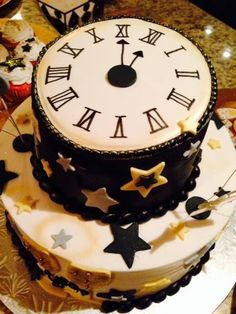 Innovative New Year Clock Cake Design. Gorgeous idea for a New Year's Eve party! Cupcakes Fondant, Fondant Cake Designs, Cupcake Cakes, New Years Eve Dessert, New Years Eve Food, New Cake Design, Simple Cake Designs, New Year's Desserts, New Year's Cake