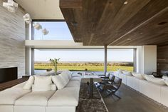 Interior aspect of a residential house in Sagaponack, New York USA by Bates Masi Architects Modern Interior, Interior Architecture, Interior And Exterior, Interior Design, White Sofa Decor, Küchen Design, Modern Design, Sofa Design, Living Room Designs