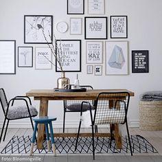Eine Ansammlung von Bilderrahmen kann die Wirkung eines Raumes entscheidend beeinflussen. Eine Mischung aus Typographien und abstrakten Motiven wirkt modern und…