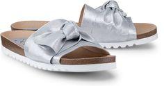 In stylischer Ausführung zeigt sich diese angesagte Pantolette von KMB. Das feine Leder mit glitzernden Metallic-Effekten in Silber wird von einer dekorativen Schleife geschmückt.