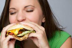 erfolgreich abnehmen frau hamburger essend essen genießen
