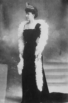 Princesse Hélène d'Orléans (1871-1950) fille du prince Philippe d'Orléans (1838-1894) comte de Paris et de l'infante Marie-Isabelle d'Orléans-Montpensier. Epouse du duc Emmanuel-Philbert d'Aoste