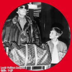 Louis Vuitton Keepall可谓全球最多明星在用的旅行包,无数的明星提着它穿梭于机场之中。Keepall的意思就是能将所有的东西都装进去,是路易威登最经典的旅行袋,早在1920年就诞生了,连经典的Speedy包款也是由Keepall发展而来。 Keepall是里程碑性的,不但是长条枕形包的鼻祖,也是第一个能作为旅行用途的软式褶迭式行李袋。这款旅行包一共有4个尺寸,4种材质,配肩带和不配 肩带2种选择。