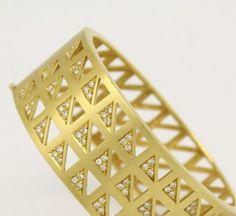 0c94cb617667d 73 melhores imagens de jóias   Gold charm bracelets, Jewels e Bracelets