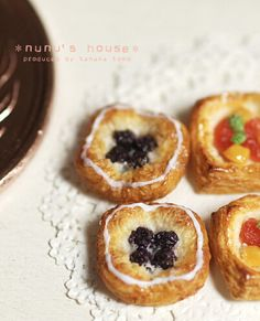 It seems that nunu's house makes the best food miniatures. Mini Pastries, Bread And Pastries, French Pastries, Tiny Food, Fake Food, Miniature Crafts, Miniature Food, Minis, Barbie Food