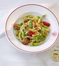 Hier verleihen karamellisierte Mandeln und Rosinen in sizilianischem Marsala dem Brokkoli eine orientalische Note. Kapern und Tomaten beleben ihn mit Säure und Frucht.