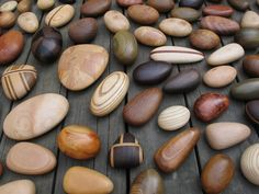 Stunning wooden pebbles by 木質線 woodline who make exquisite small domestic wooden items such as plates, boards, cutlery and pens. Whittling Projects, Whittling Wood, Woodworking Workshop, Woodworking Crafts, Woodworking Plans, Unusual Furniture, Twig Furniture, Wooden Garden Planters, Wooden Hand