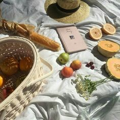 A picnic idea to get you inspired! beach summer picnic with fruits basket and baguette Summer Aesthetic, Aesthetic Food, Fall Inspiration, Design Inspiration, Sestri Levante, Summer Picnic, Brunch, Food And Drink, Sweet