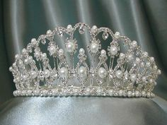 Tiara Queen ROYAL JEWELS - Pearl and diamond tiara that belonged to Empress Catherine the Great of Russia. Royal Crown Jewels, Royal Crowns, Royal Tiaras, Royal Jewelry, Tiaras And Crowns, Catherine The Great, Diamond Tiara, Circlet, Nagel Gel