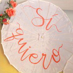 Sombrilla de seda personalizada con mensajes pintados a mano.  Un detalle con mucho encanto para personas especiales el día de la Boda, para los novios y como atrezzo para fotos.  Se sirven bajo pedido en un plazo aproximado de 5 días.