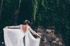 La Boda de Laura y José. El vestido más bonito nació de las manos de Isabel Nuñez. By El Balcón de Alicia Foto: Kiwo @telva    #realwedding #boda #bride #weddingdress #vestido #novia #encaje #lace #details #back #espalda #capa #coat