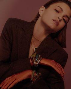 Para inspirar a produção deste sábado à noite o editorial anos 1980 da Vogue de março  que já está nas bancas!  traz a silhueta triangular do power suit que tem nos ombros o ponto focal do look e marcou a década do exagero. A dica para atualizá-lo é abusar de acessórios em tons preciosos como esmeralda ouro e rosé. (@carol_ruppenthal em foto de @thepavarottidiary; edição de moda @pedrosales_1; beleza @amandaschon) #voguemarco #moda #80s  via VOGUE BRASIL MAGAZINE OFFICIAL INSTAGRAM - Fashion…
