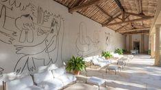 La propriété a appartenu à Douglas Cooper, célèbre collectionneur d'art britannique et grand ami de Picasso. En témoigne les fresques sur les murs de la loggia du château, attestant du passage du Maître en ces lieux.