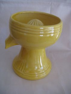 VINTAGE-RED-WING-YELLOW-JUICER-REAMER-256