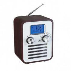 Woody retro alarmklok. Ronde hoeken met houten behuizing.  Een wekker met muziek. Een compact model met vele opties, waaronder een radio, wekker, klok, datum, thermometer, aux-ingang, verlicht LCD venster, telescopische antenne. Een retro vintage wekkerradio met de technologie van nu. Deze retro radio alarmklok werkt op batterijen of netspanning (adapter of batterijen niet inbegrepen).