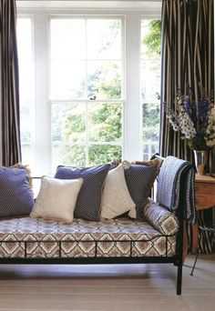 Slim black iron pole, drapes with very simply heading Drapes And Blinds, Curtains, Black Daybed, Curtain Poles, Showcase Design, Bedroom Inspo, Soft Furnishings, Window Treatments, Home Office