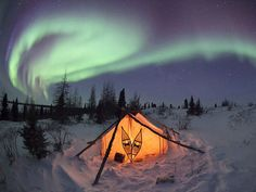 Una tenda illuminata dall'alba boreale nella Hudson Bay, in Canada. - Tomas Katka