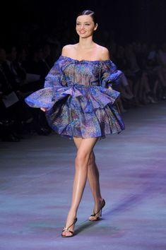 Fierce Fashionista SuperSexy Gorgeous Beautiful Bombshell 💫 Dominating the catwalk 💫 Miranda Kerr Outfits, Miranda Kerr Style, Black White Fashion, Blue Fashion, Fashion Top, Poses, Mannequins, Couture Fashion, Spring Summer Fashion