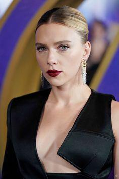 """scarlett johansson dominating in black & bold red lipstick™ 🖤🥰"" Black Widow Scarlett, Black Widow Natasha, Beautiful Celebrities, Beautiful Actresses, Beautiful Women, Scarlett Johansson Hairstyle, Burgundy Lipstick, Divas, Hollywood"