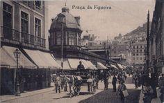 Praça da Figueira em Lisboa (Portugal), vendo-se um eléctrico ao fundo. E ainda com o mercado, demolido nos anos 50.