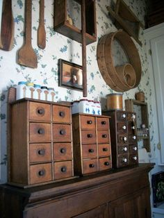 Spice Boxes and various primitives. would love to find wooden spice box! Primitive Homes, Primitive Kitchen, Primitive Antiques, Primitive Crafts, Country Primitive, Prim Decor, Country Decor, Rustic Decor, Country Homes