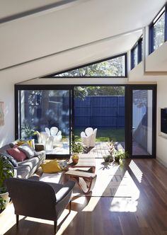 This Elsternwick Home Delights on a Narrow, Tightly Constrained Block North Facing House, Narrow House Designs, House Extensions, Modern Architecture, Living Spaces, Living Room, House Plans, Home And Family, Raised Beds