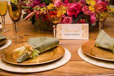 Papelaria personalizada: Placa de reseva de mesas para os noivos e familiares.