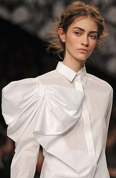 57 Ideas fashion week paris viktor rolf for 2020 White Fashion, Fashion Art, New Fashion, Runway Fashion, Fashion Show, Fashion Design, Fashion Week Paris, Vetements Clothing, Victor And Rolf
