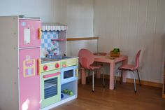 Un DIY XXL, casita para juegos en el jardín en rojo y blanco. DIY House Garden in red and white for Kids.