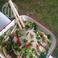 Vietnamesische Pho Ga Suppe - Pho ga ist eine klassische vietnamesische Hühnersuppe mit Bohnensprossen und Limette. @ de.allrecipes.com