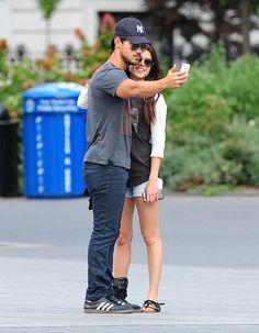 Pin for Later: Dites cheeeeeese ! Les meilleurs selfies des stars sont ici !  Taylor Lautner s'est pris en photo avec sa petite-amie Marie Avgeropoulos en juillet 2013 à NY.