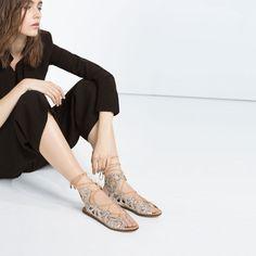 Image 4 de SPARTIATES CLOUTÉES de Zara