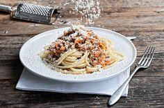 Αγαπημένο φαγητό των παιδικών μας χρόνων με αρώματα μαμάς και σπιτιού. Όσα χρόνια κι αν περάσουν, όλοι έχουμε στη γευστική μας μνήμη καταχωρημένη τη μακαρονάδα με κιμά της μαμάς μας. Δοκιμάστε αυτή τη συνταγή, είναι πραγματικά αξεπέραστη. Chef Recipes, Greek Recipes, Pasta Recipes, Recipies, Dinner Recipes, Cooking Recipes, Butter Salmon, Time To Eat, Food Categories
