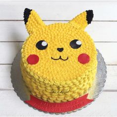 With Pokemon Go all the rage at the moment, don't be surprised if your little one requests a Pokemon cake for their next birthday party. Pokemon Torte, Guzma Pokemon, Pokemon Cakes, Pokemon Sketch, Pokemon Ships, Pokemon Comics, Pokemon Funny, Pokemon Fusion, Bolo Pikachu