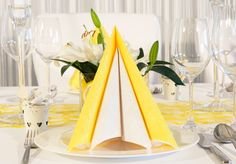 """gelbe und weiße Tissue-Serviette zusammen  - Tischdekoration """"zitroniges Gelb""""- meine-hochzeitsdeko.de"""